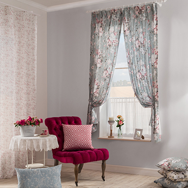 Dekorationsstoff Flory, Gardine Holly Light und Panneaux Lena aus der Indes Kollektion Country House.