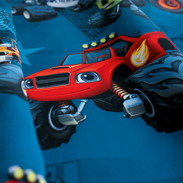 "Detailbild von Indes Fuggerhaus Stoff Sunytuck mit den Stars der Serie ""Blaze and the Monster Machines""."